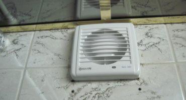 Vi fjerner og hænger en ventilator i badeværelset og toilet