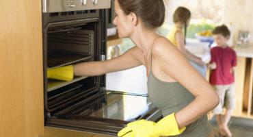 Limpie el horno en casa de grasa y depósitos de carbón.