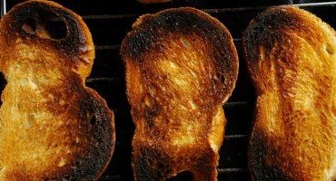 Kā mazgāt tosteri iekšpusē no drupatas un kvēpiem